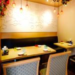 海鮮・かき・沖縄料理 わ - 1Fテーブル席。4人席と1人席。
