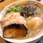 博多だるま - 人気No.2 らーめん煮卵入り 炙りトロ肉チャーシューを1枚プラス