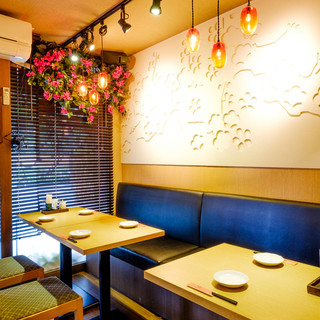 琉球ガラスの照明が光る南国空間。個室もご用意しております。