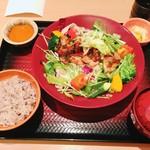 大戸屋 - 彩り野菜と炭火焼きバジルチキン定食 五穀米(ご飯少なめ)