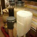 とんかつ 新宿さぼてん - テーブルにはゆずドレッシング、胡麻ドレッシング、岩塩など。