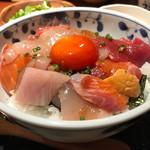 めしの助 - 醤油で味付けされた海鮮たちと太陽の様に輝く漬け卵黄が白飯を覆う