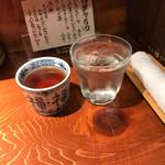 めしの助 - お冷と温かいお茶が用意されるよ
