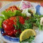 ガーデンカフェ&デリカ キモト - ハンバーグにサラダ、ナポリタンにササミの和え物、ミニトマトようなものはスイカでした!
