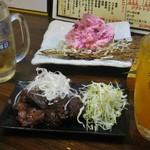 えびす屋 - 県産まぐろ焼肉450円、真っ赤なポテサラ390円