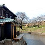 水辺のカフェ 三宅商店 酒津 - <冬>お店の外観と用水路