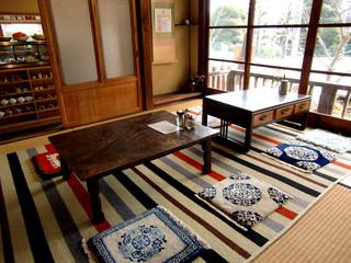 水辺のカフェ 三宅商店 酒津 - <冬>1階店内のテーブル