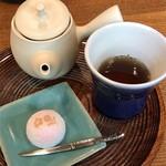 一保堂茶舗 喫茶室 嘉木 - 極上ほうじ茶と生菓子(千本玉壽軒製 撫子)