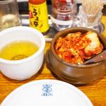 李朝園 - 料理写真:食べ放題のキムチ&とうもろこし髭茶
