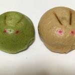 71668440 - お茶饅頭(左)と温泉饅頭(右)