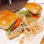 Tommy Bahama Restaurant, Bar & Store - 炙り帆立ミニバーガー