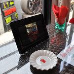 De PLUS CAFE - テーブルの上の赤い紙ナプキンが目を引く