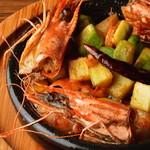 炭焼き&ワイン ドリフト - 有頭海老とアボカドのアヒージョ  ミソがオイルに溶け込み濃厚アヒージョ