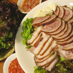 辰家 - 自家製の韓国式豚足「チョッパル」。あめ色に煮あげたコラーゲン豊富な人気メニュー