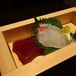御影蔵 - 赤身と鯛の刺身盛合せアップ