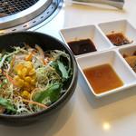 清香園 - 「レディースランチ」(1,200円+税)にはタレが3種類。