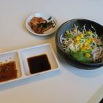清香園 - 「カルビランチ」(1,200円+税)。サラダとタレとキムチ。