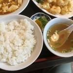 鳳鳴春 - 定食のライスとスープ