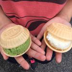 平野屋 - モナカ アイスクリーム バニラと抹茶  実はバニラと『あずき』を注文したのにモナカはぐってアレ???  おっちゃん、チョンボですよ〜〜〜