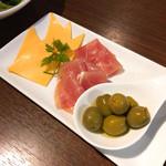 71709231 - チーズ、生ハム、オリーブ