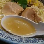 らー麺土俵 鶴嶺峰 - 塩ちゃんこの様なスープ