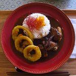 スパイス&カフェ NICO - 料理写真:灼熱のタギール・カレー ¥980  チキンがゴロっと、そしてフライドオニオンリングが3つ