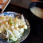 味な店 いわた - サラダと味噌汁です。