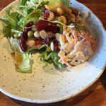 北海道ダイニング 炭火屋 - 食べ放題のサラダ
