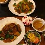 広来飯店 - 奥は牛肉餡掛け飯と手間は豚肉餡掛け飯セット