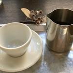 寺崎コーヒー - ドリンク写真:銀カップで2杯は嬉しい