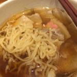 和だしらぁめん うめきち - 煮干しチャーシュー麺の麺とスープ