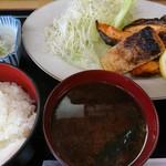 呑み喰い処 奥飛騨 - 焼きシャケ定食(680円)