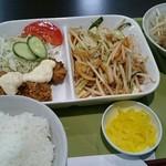 ぺぱあらんどトマト - 料理写真:選べる定食    肉野菜炒め&唐揚げ&おろしハンバーグ680円