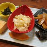 たけのこ - タケノコの佃煮と小皿4種の盛合せ