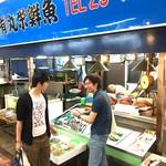 丸栄鮮魚店 - 店頭には新鮮な魚介が並んでます!