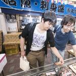 丸栄鮮魚店 - 別府の魚介を物色中。どれにしようかなー。