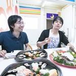丸栄鮮魚店 - 商店街の休憩スペースで、さっそく、かぼすヒラメのお造りと寿司盛りを食べました!