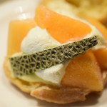 ファウンドリー - 北海道富良野産メロンのシュークリーム@税込398円:トップのシュー生地をとってみました。