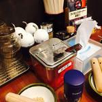 元祖博多中州屋台ラーメン 一竜 - 卓上の様子。お冷もセルフです