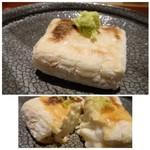 しらに田 - *胡麻の風味は強くないですが、外はこんがり、中はクリーミーな品。山葵とお醤油で頂きます。 最初に頂く品としてはいいですね。
