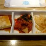 寿恵比呂 - 冷奴、キムチ、もやしナムル