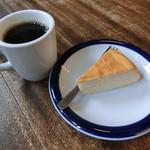 71751950 - チーズケーキ400円、コーヒー450円