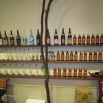 とらや - カウンターバックに並ぶ日本酒・焼酎・泡盛!