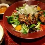 大戸屋 - 彩り野菜と炭火焼きバジルチキン定食 885円