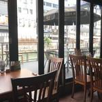 クンテープ - 窓際のテーブルがオススメ