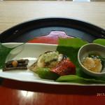 京料理 かじ - モロヘイヤと白ばい貝の土佐酢ゼリーかけ、やまぶきの当座煮、イサキの蓼味噌焼き、万願寺唐辛子の土佐焼き