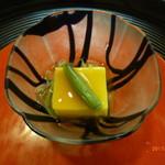 京料理 かじ - 薄いえんどう豆ととうもろこしの豆腐、金針菜とじゅんさい添え