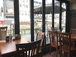 クンテープ 道頓堀本店 - 窓際のテーブルがオススメ