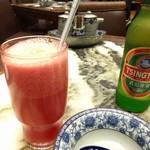 老記海鮮粥麺菜館 - 西瓜ジュースと青島ビール