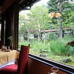 万平ホテル - 中庭に面したテーブル